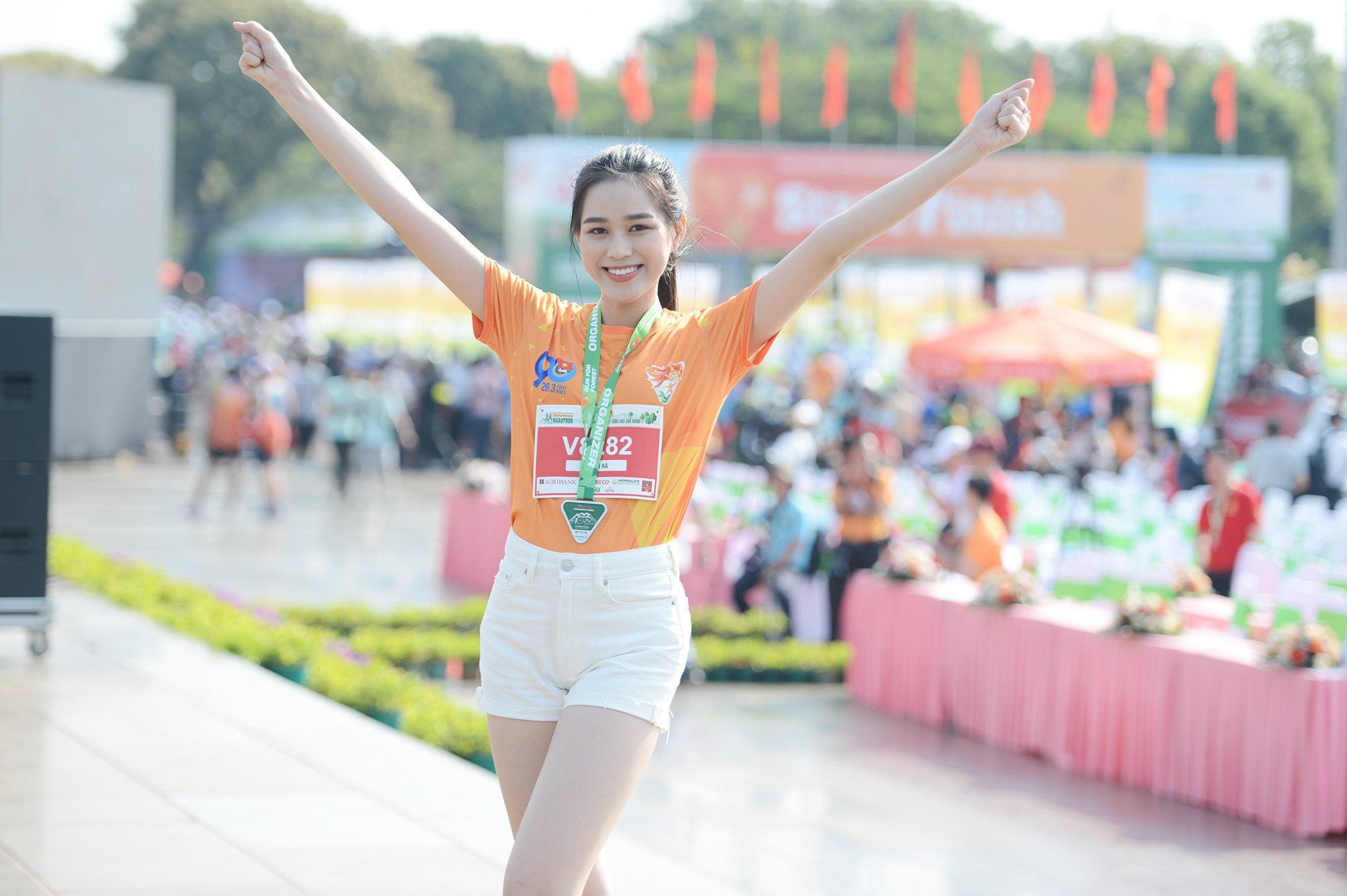 Hoa hậu Trần Tiểu Vy đẹp gây mê trên đường chạy Tiền phong Marathon ảnh 11