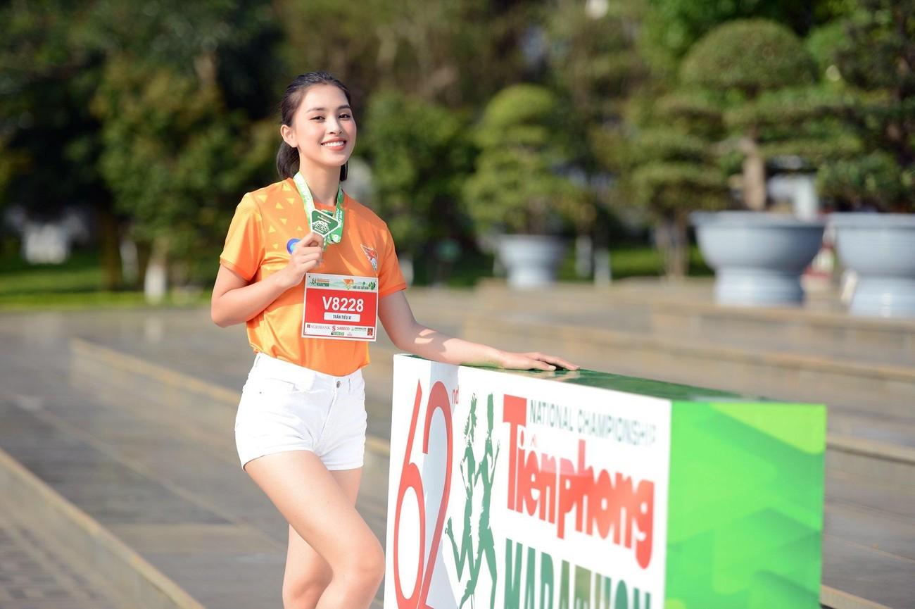 Hoa hậu Trần Tiểu Vy đẹp gây mê trên đường chạy Tiền phong Marathon ảnh 2