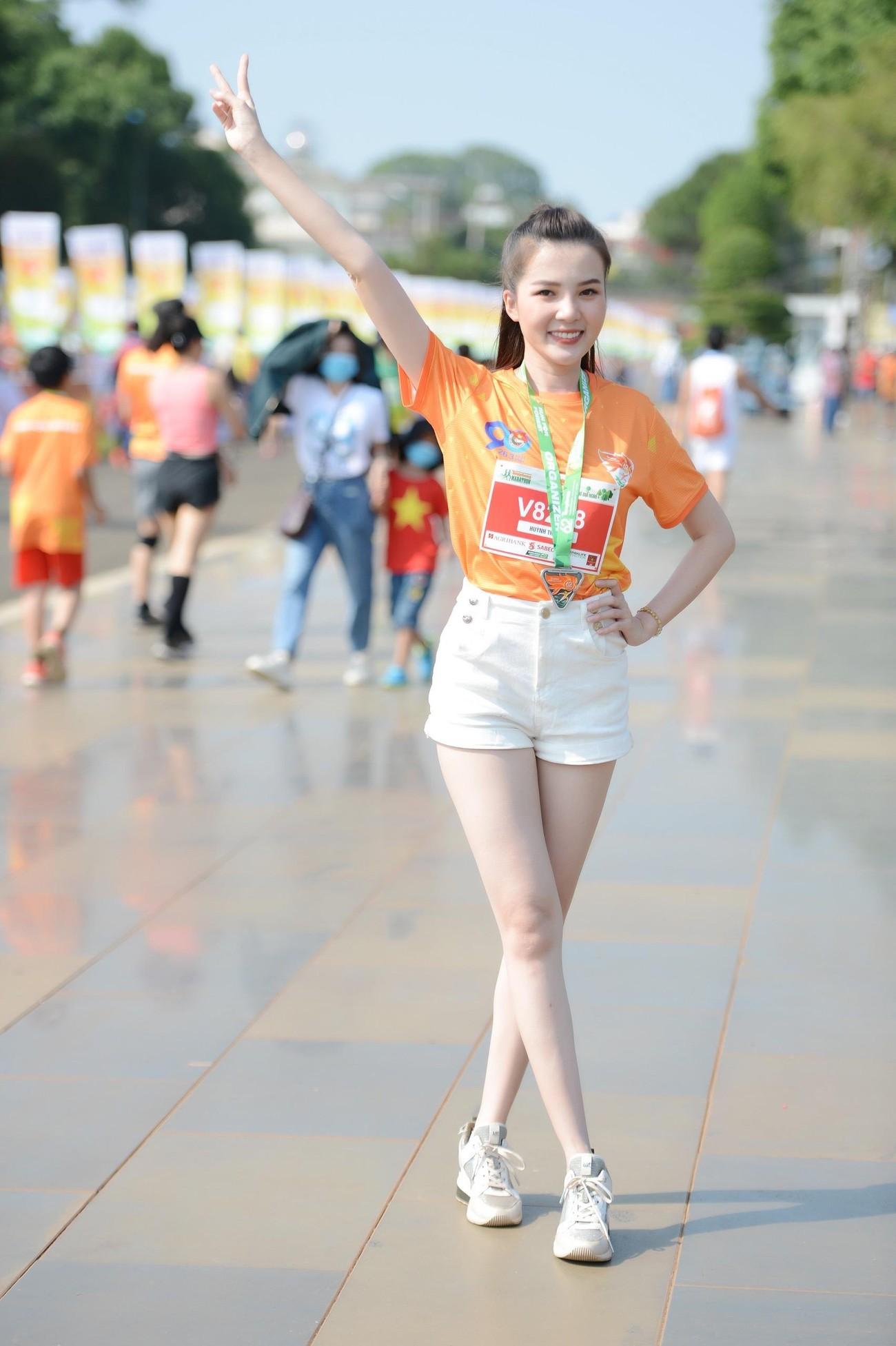 Hoa hậu Trần Tiểu Vy đẹp gây mê trên đường chạy Tiền phong Marathon ảnh 27