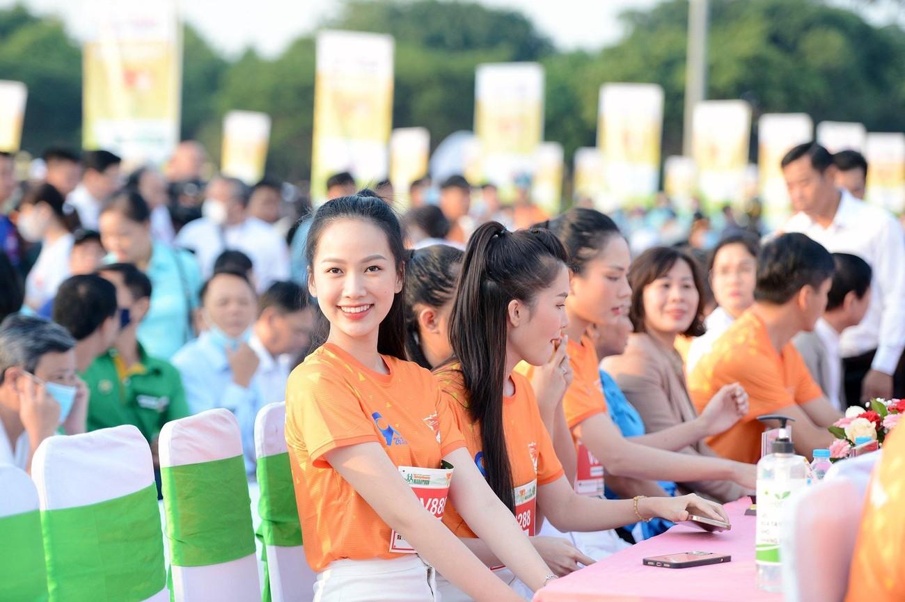Hoa hậu Trần Tiểu Vy đẹp gây mê trên đường chạy Tiền phong Marathon ảnh 33