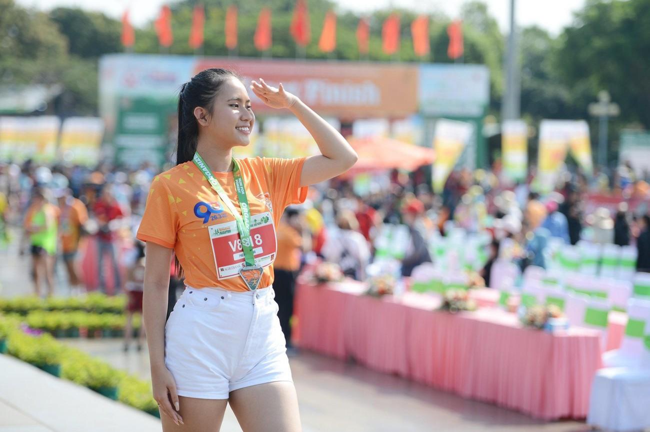 Hoa hậu Trần Tiểu Vy đẹp gây mê trên đường chạy Tiền phong Marathon ảnh 23