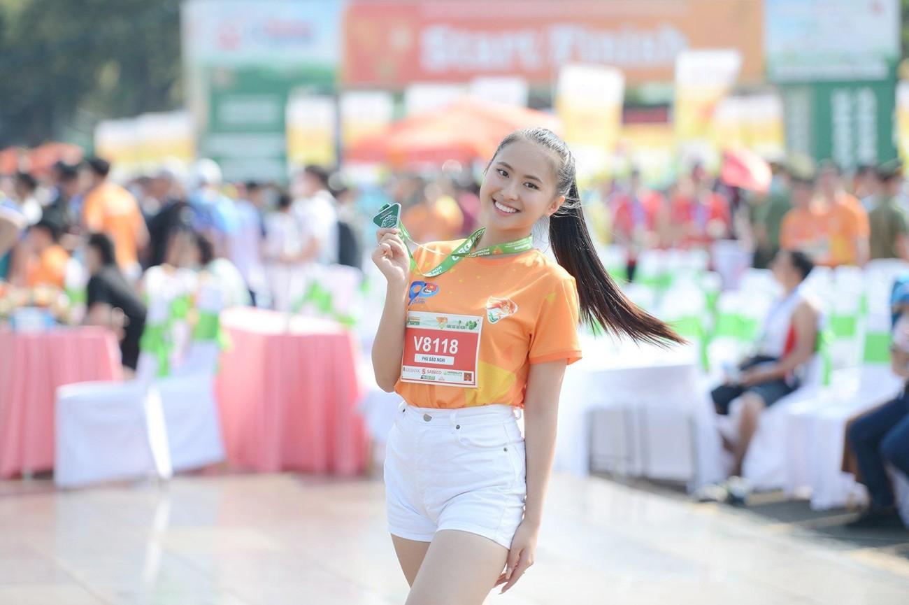 Hoa hậu Trần Tiểu Vy đẹp gây mê trên đường chạy Tiền phong Marathon ảnh 21