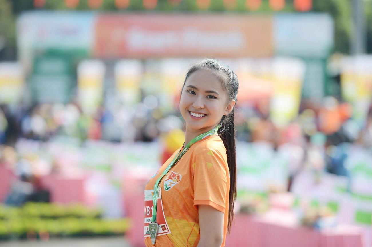 Hoa hậu Trần Tiểu Vy đẹp gây mê trên đường chạy Tiền phong Marathon ảnh 24