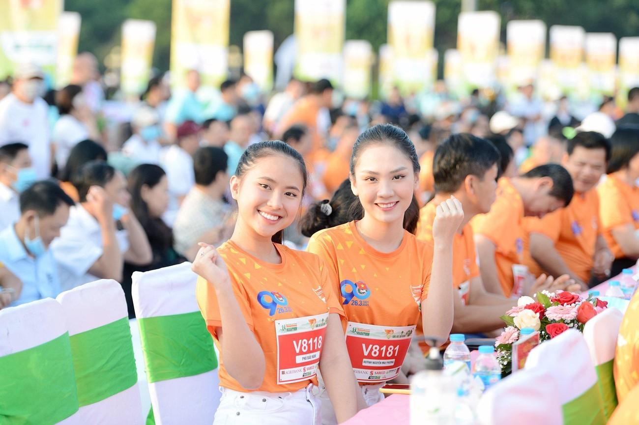 Hoa hậu Trần Tiểu Vy đẹp gây mê trên đường chạy Tiền phong Marathon ảnh 32