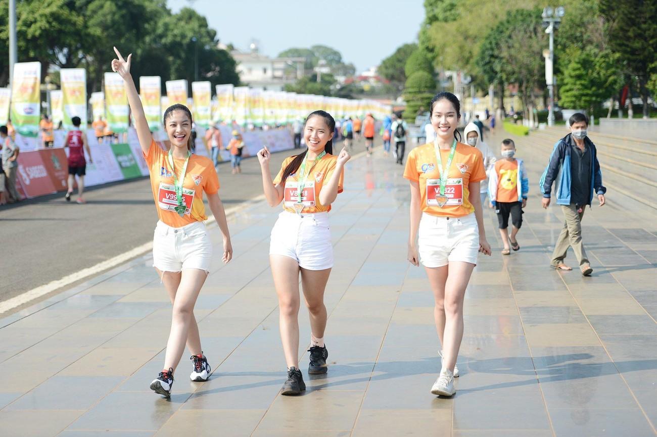 Hoa hậu Trần Tiểu Vy đẹp gây mê trên đường chạy Tiền phong Marathon ảnh 22