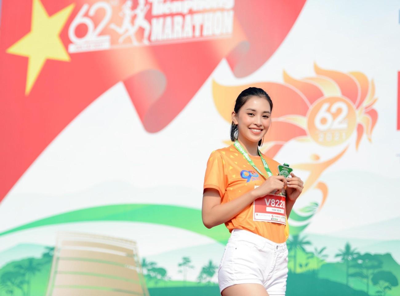 Hoa hậu Trần Tiểu Vy đẹp gây mê trên đường chạy Tiền phong Marathon ảnh 6
