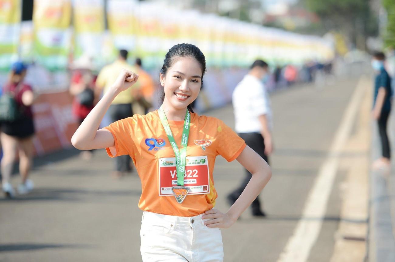 Hoa hậu Trần Tiểu Vy đẹp gây mê trên đường chạy Tiền phong Marathon ảnh 14