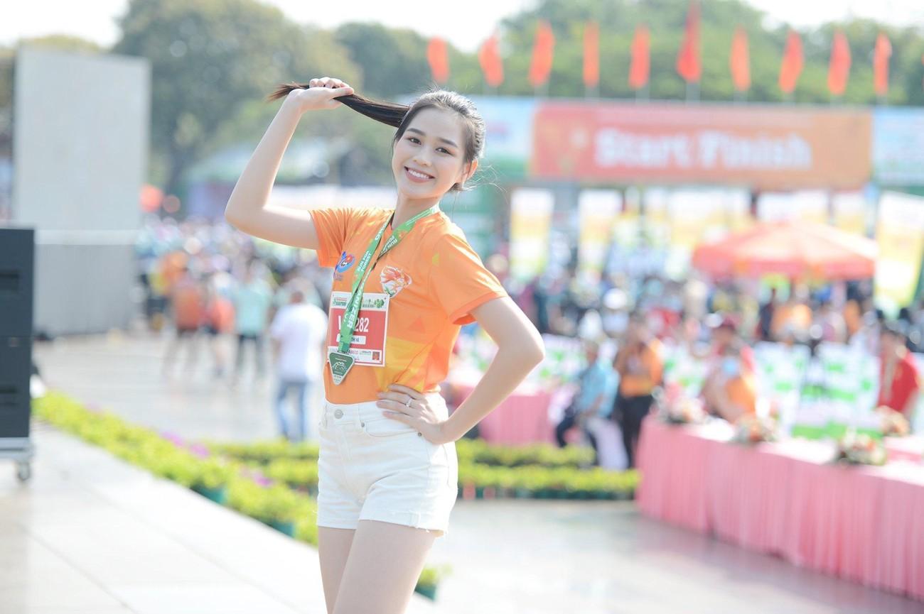 Hoa hậu Trần Tiểu Vy đẹp gây mê trên đường chạy Tiền phong Marathon ảnh 12