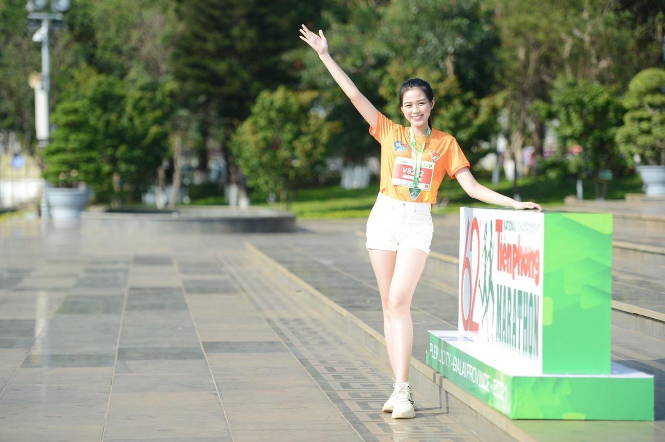 Hoa hậu Trần Tiểu Vy đẹp gây mê trên đường chạy Tiền phong Marathon ảnh 9