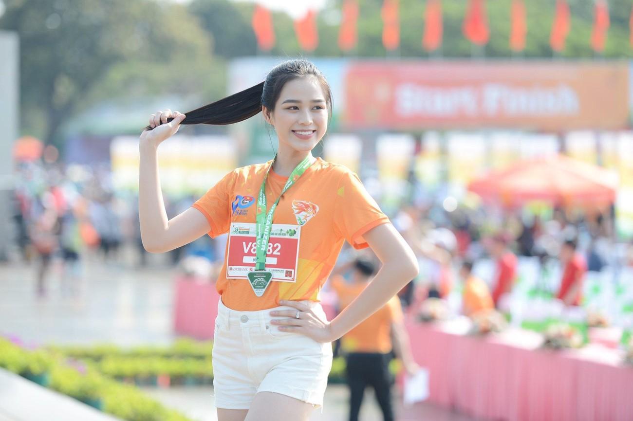 Hoa hậu Trần Tiểu Vy đẹp gây mê trên đường chạy Tiền phong Marathon ảnh 13