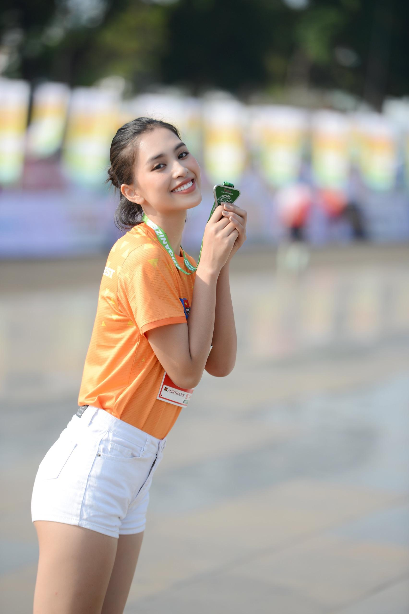 Hoa hậu Trần Tiểu Vy đẹp gây mê trên đường chạy Tiền phong Marathon ảnh 5