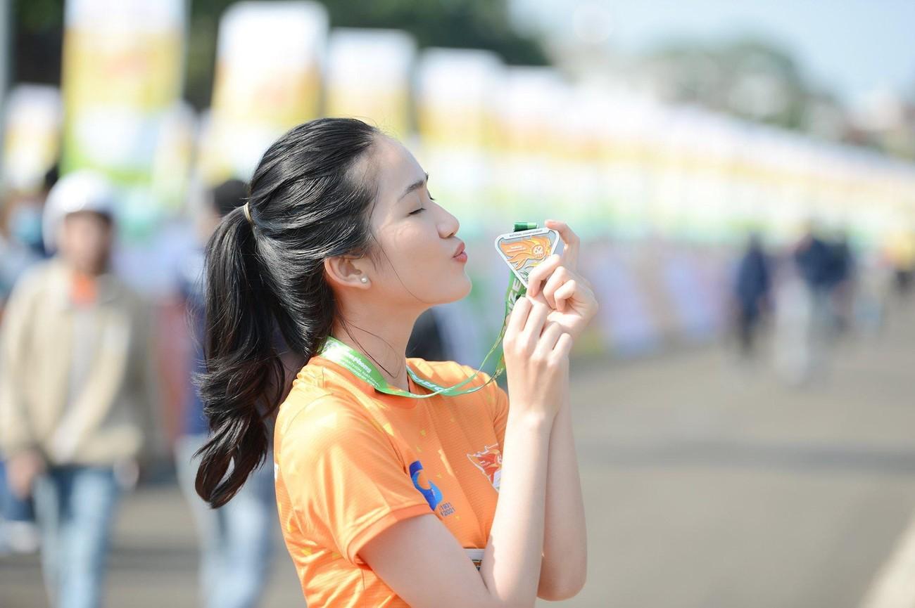Hoa hậu Trần Tiểu Vy đẹp gây mê trên đường chạy Tiền phong Marathon ảnh 16