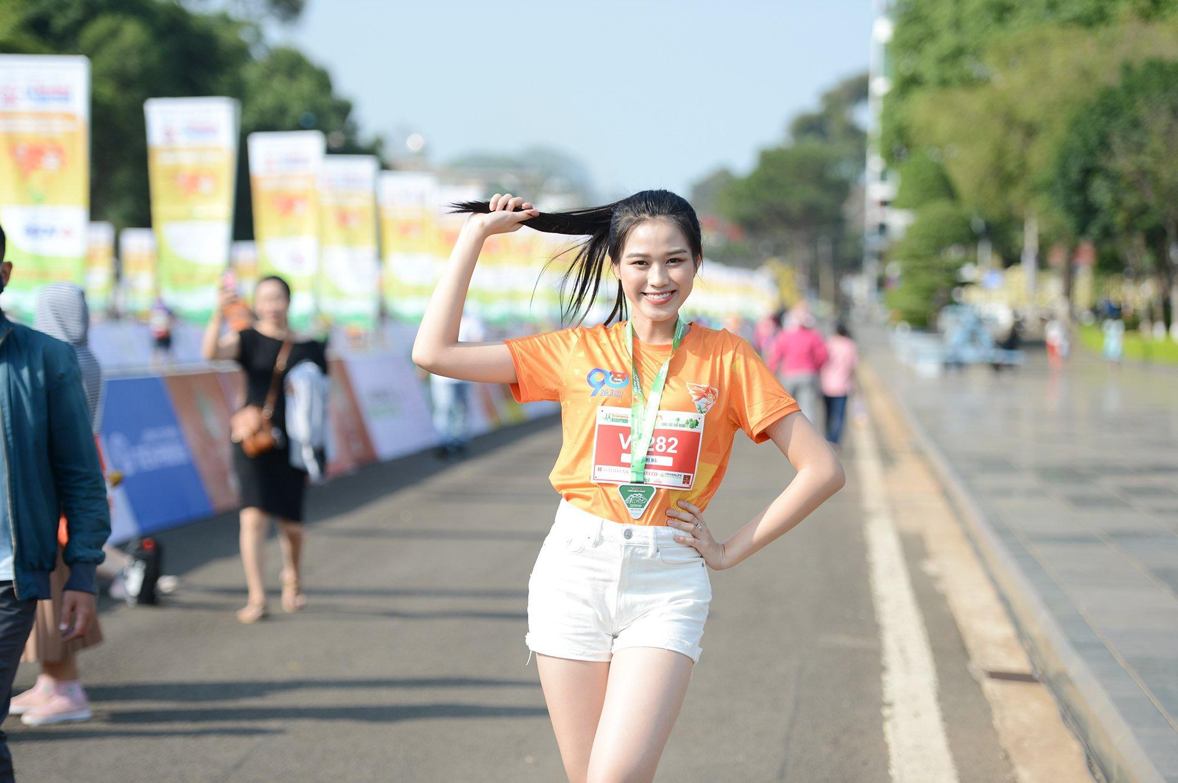Hoa hậu Trần Tiểu Vy đẹp gây mê trên đường chạy Tiền phong Marathon ảnh 8