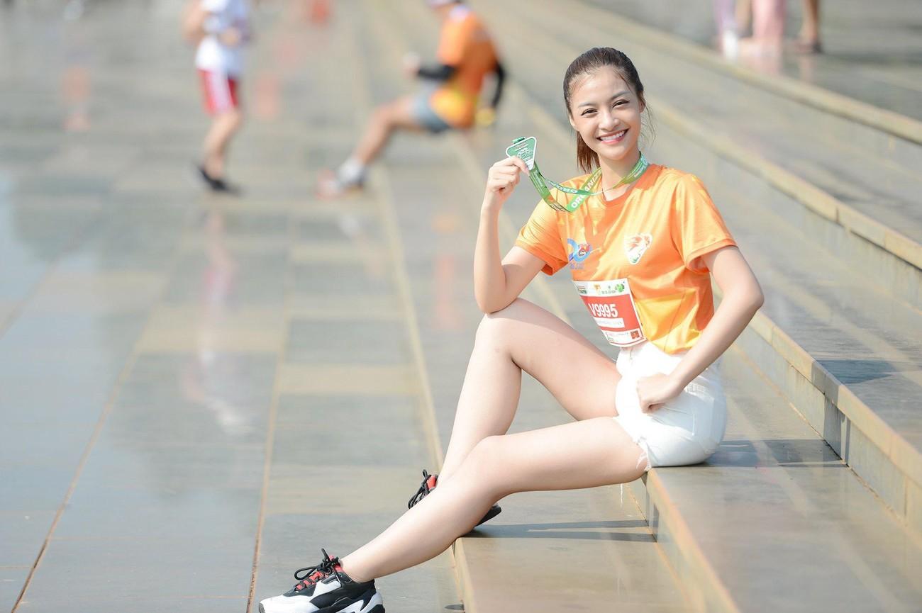 Hoa hậu Trần Tiểu Vy đẹp gây mê trên đường chạy Tiền phong Marathon ảnh 20
