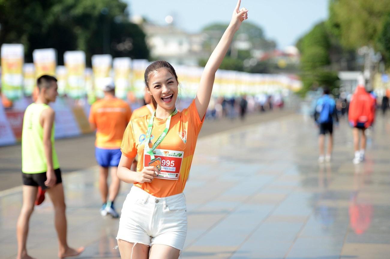 Hoa hậu Trần Tiểu Vy đẹp gây mê trên đường chạy Tiền phong Marathon ảnh 19