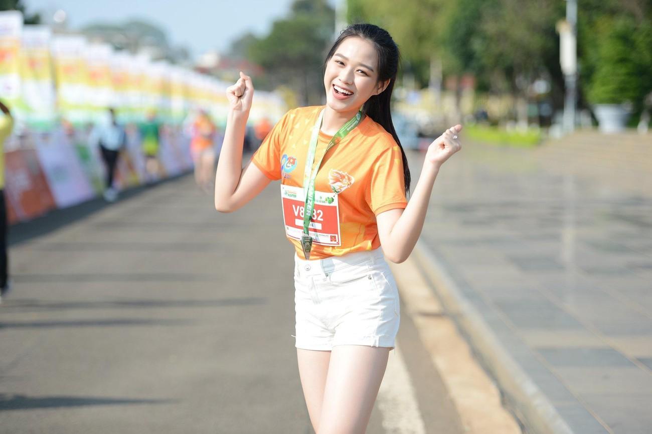 Hoa hậu Trần Tiểu Vy đẹp gây mê trên đường chạy Tiền phong Marathon ảnh 10