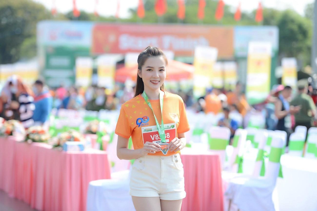 Hoa hậu Trần Tiểu Vy đẹp gây mê trên đường chạy Tiền phong Marathon ảnh 29