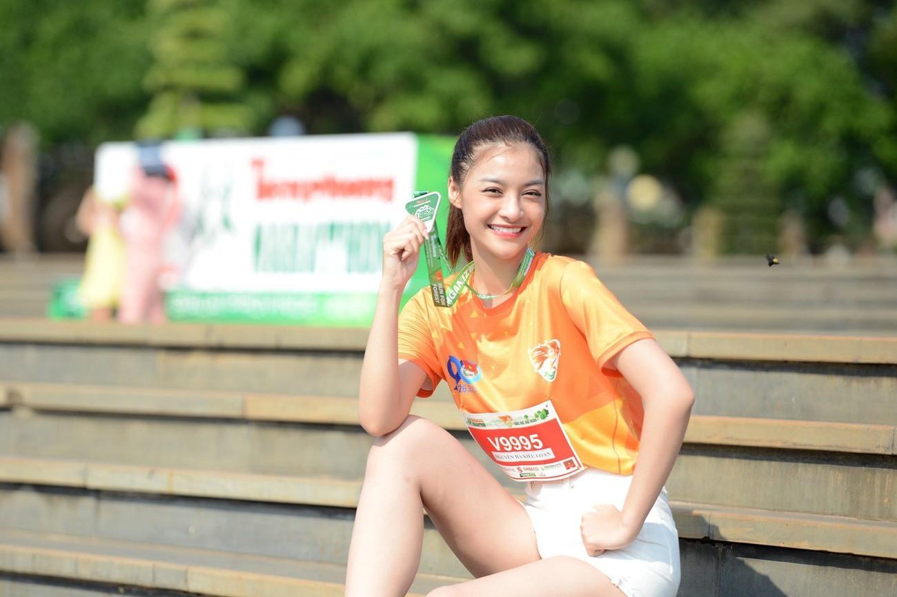 Hoa hậu Trần Tiểu Vy đẹp gây mê trên đường chạy Tiền phong Marathon ảnh 18
