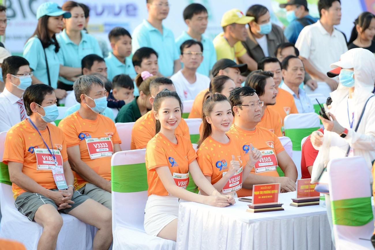 Hoa hậu Trần Tiểu Vy đẹp gây mê trên đường chạy Tiền phong Marathon ảnh 31