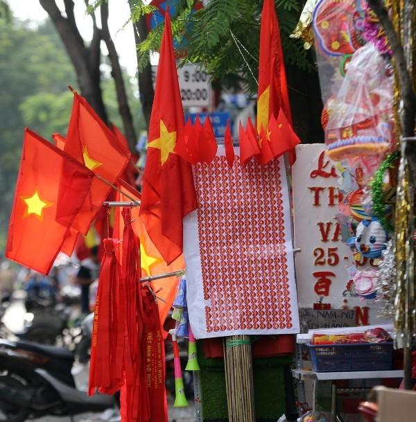Trước giờ U23 Việt Nam ra quân, quốc kỳ 'nhuộm' đỏ đường phố Sài Gòn ảnh 6