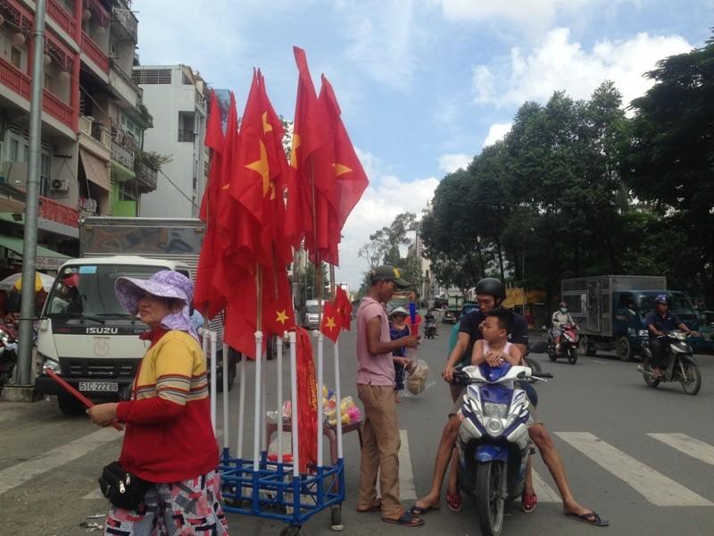 Trước giờ U23 Việt Nam ra quân, quốc kỳ 'nhuộm' đỏ đường phố Sài Gòn ảnh 7