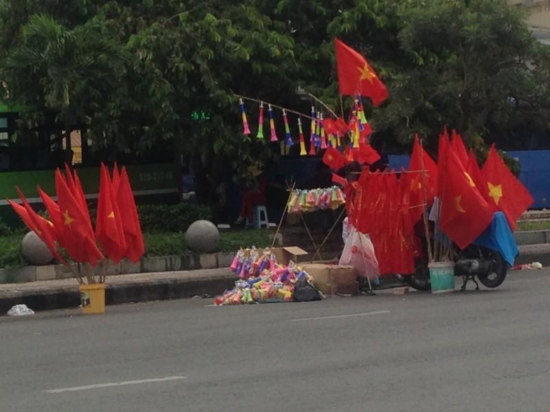 Trước giờ U23 Việt Nam ra quân, quốc kỳ 'nhuộm' đỏ đường phố Sài Gòn ảnh 3