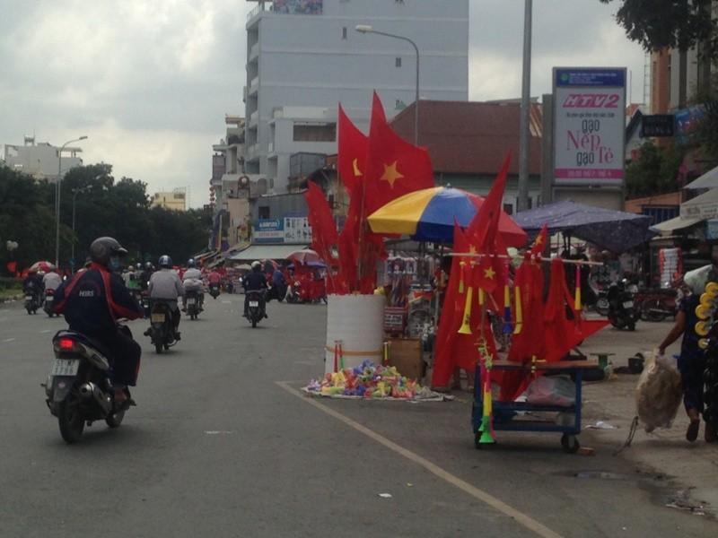 Trước giờ U23 Việt Nam ra quân, quốc kỳ 'nhuộm' đỏ đường phố Sài Gòn ảnh 2