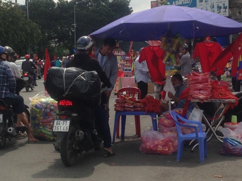 Trước giờ U23 Việt Nam ra quân, quốc kỳ 'nhuộm' đỏ đường phố Sài Gòn ảnh 4