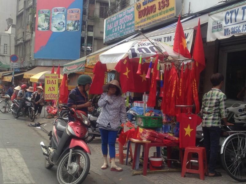 Trước giờ U23 Việt Nam ra quân, quốc kỳ 'nhuộm' đỏ đường phố Sài Gòn ảnh 1