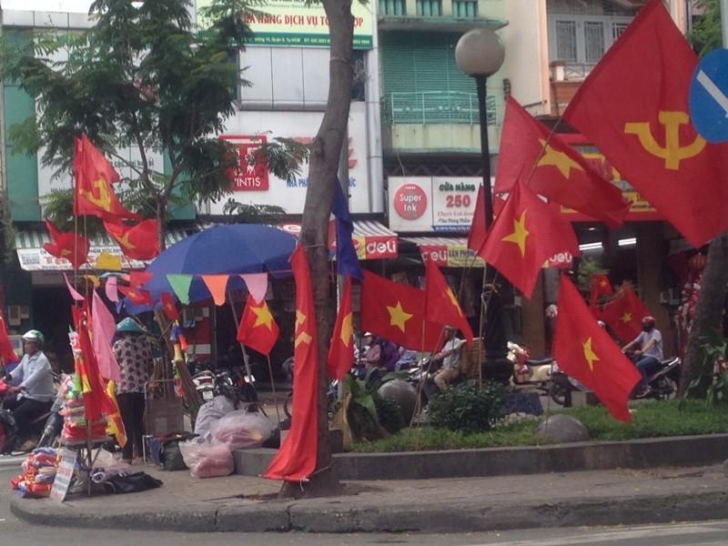 Trước giờ U23 Việt Nam ra quân, quốc kỳ 'nhuộm' đỏ đường phố Sài Gòn ảnh 5