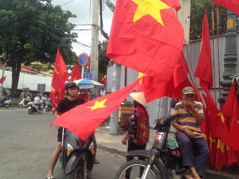 Trước giờ U23 Việt Nam ra quân, quốc kỳ 'nhuộm' đỏ đường phố Sài Gòn ảnh 9