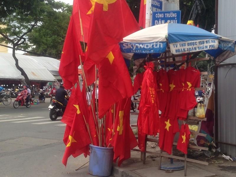 Trước giờ U23 Việt Nam ra quân, quốc kỳ 'nhuộm' đỏ đường phố Sài Gòn ảnh 8