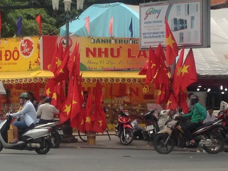 Trước giờ U23 Việt Nam ra quân, quốc kỳ 'nhuộm' đỏ đường phố Sài Gòn ảnh 10