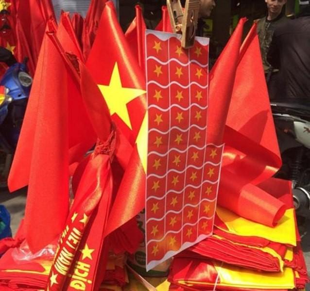 Trước giờ U23 Việt Nam ra quân, quốc kỳ 'nhuộm' đỏ đường phố Sài Gòn ảnh 11