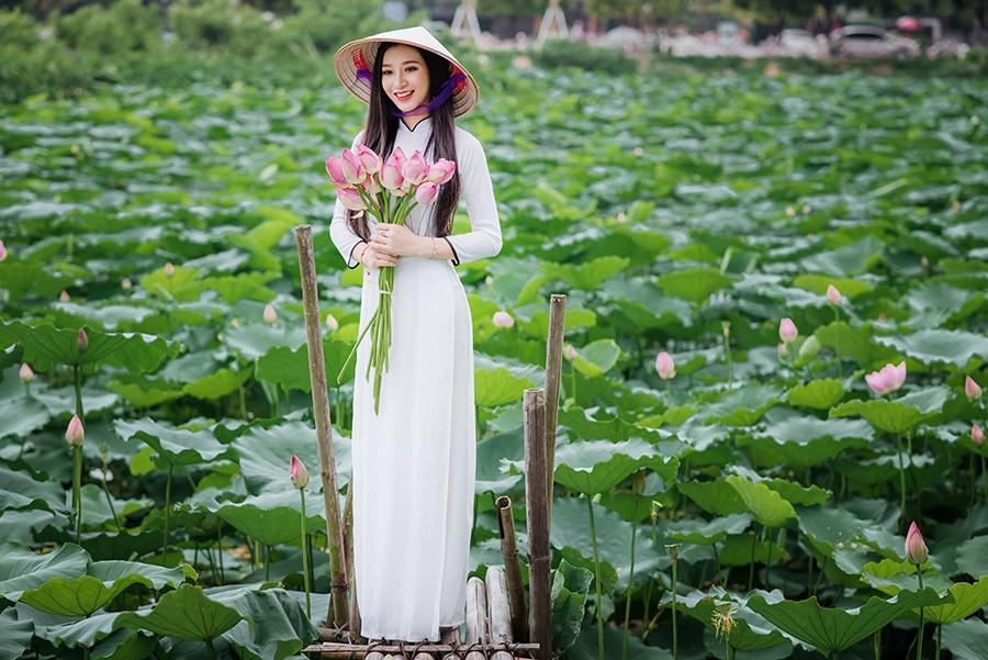 Tinh khôi nhan sắc Hoa khôi iMiss 2017 cuốn hút bên hồ sen ảnh 2