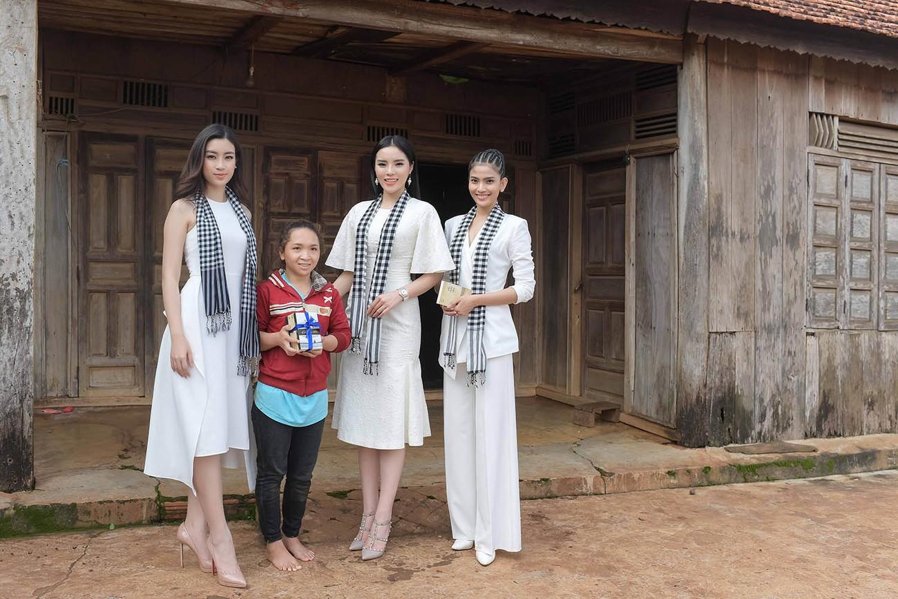 Mỹ Linh, Thanh Tú bị 'vây kín' ở Tây Nguyên khi đi ký tặng sách ảnh 10