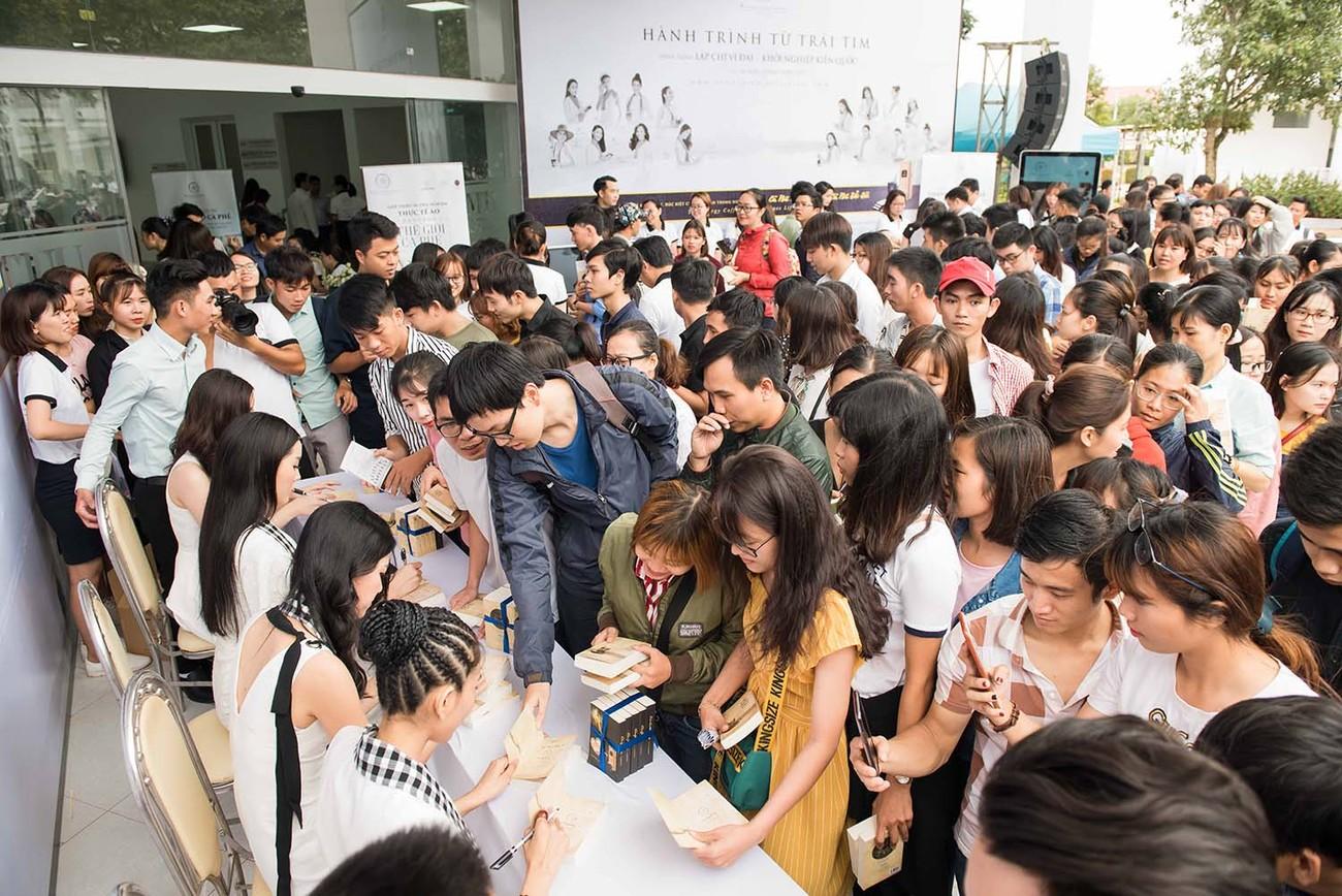 Mỹ Linh, Thanh Tú bị 'vây kín' ở Tây Nguyên khi đi ký tặng sách ảnh 4