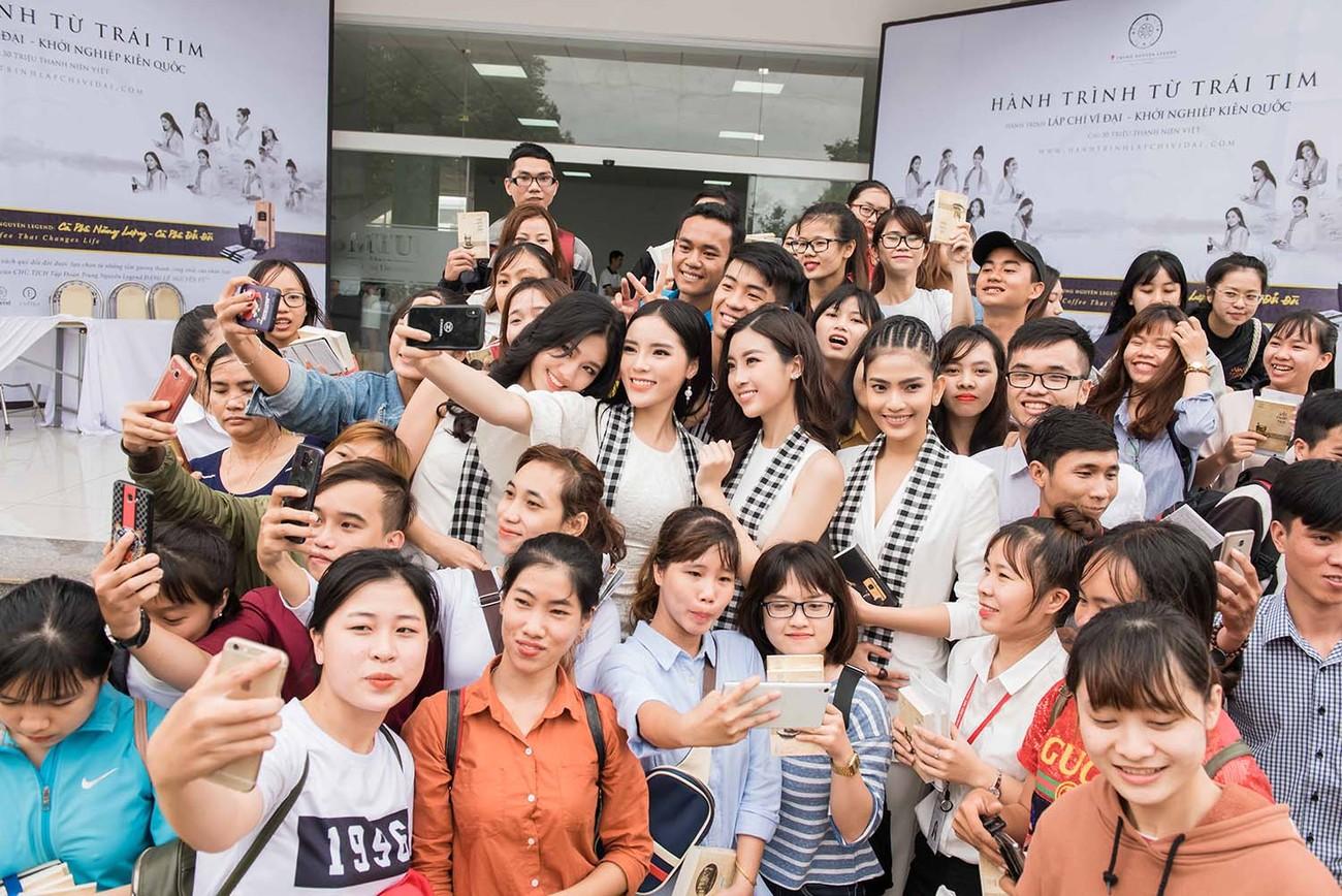 Mỹ Linh, Thanh Tú bị 'vây kín' ở Tây Nguyên khi đi ký tặng sách ảnh 3