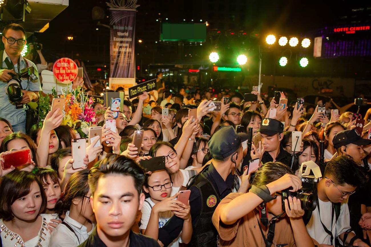"""""""Mi Sói"""" Thu Quỳnh mặc xuyên thấu sexy dự event cùng Noo Phước Thịnh ảnh 11"""
