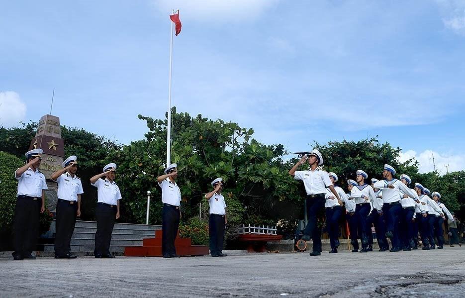 Linh thiêng lễ Chào cờ của quân dân trên đảo Trường Sa ảnh 1