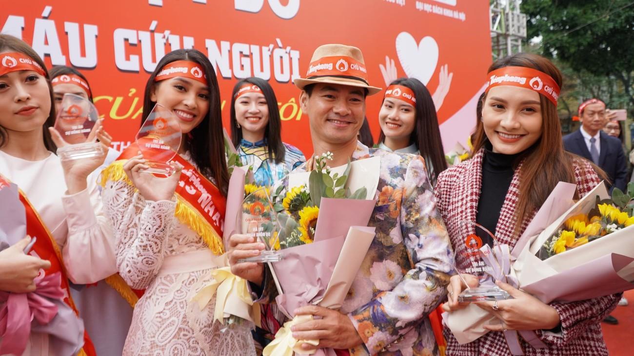 NSƯT Xuân Bắc, Bảo Thanh rạng rỡ bên các bạn sinh viên ở ngày hội Chủ nhật Đỏ ảnh 3