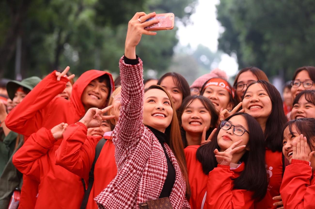 NSƯT Xuân Bắc, Bảo Thanh rạng rỡ bên các bạn sinh viên ở ngày hội Chủ nhật Đỏ ảnh 9