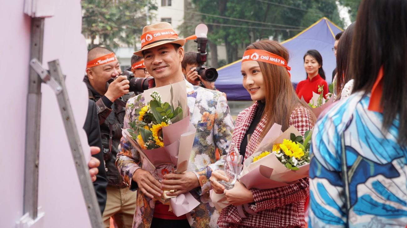 NSƯT Xuân Bắc, Bảo Thanh rạng rỡ bên các bạn sinh viên ở ngày hội Chủ nhật Đỏ ảnh 2