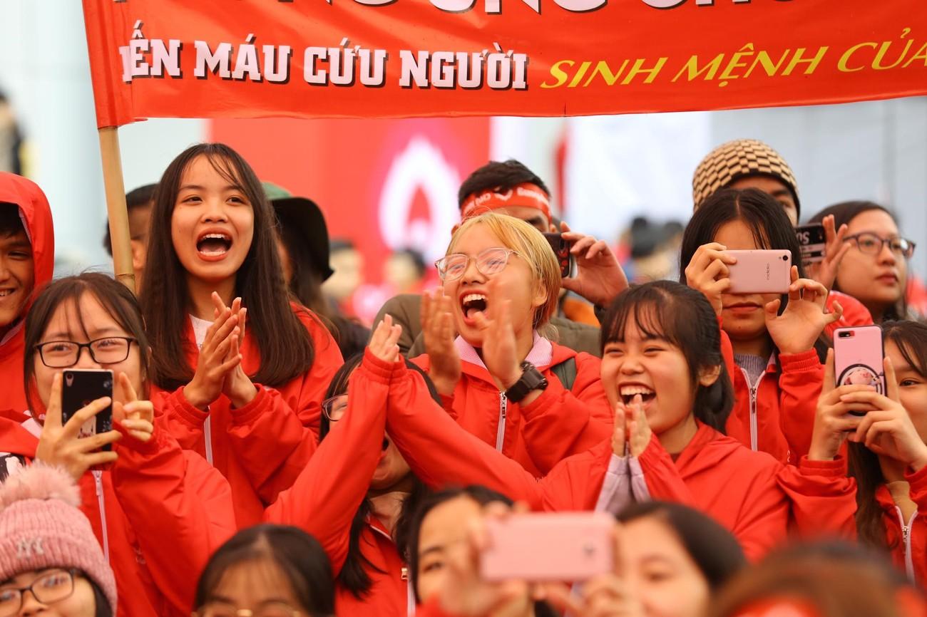 NSƯT Xuân Bắc, Bảo Thanh rạng rỡ bên các bạn sinh viên ở ngày hội Chủ nhật Đỏ ảnh 8