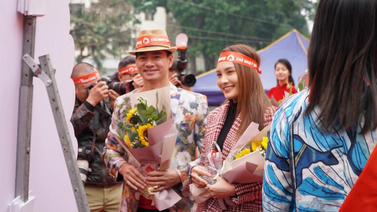NSƯT Xuân Bắc, Bảo Thanh rạng rỡ bên các bạn sinh viên ở ngày hội Chủ nhật Đỏ ảnh 1