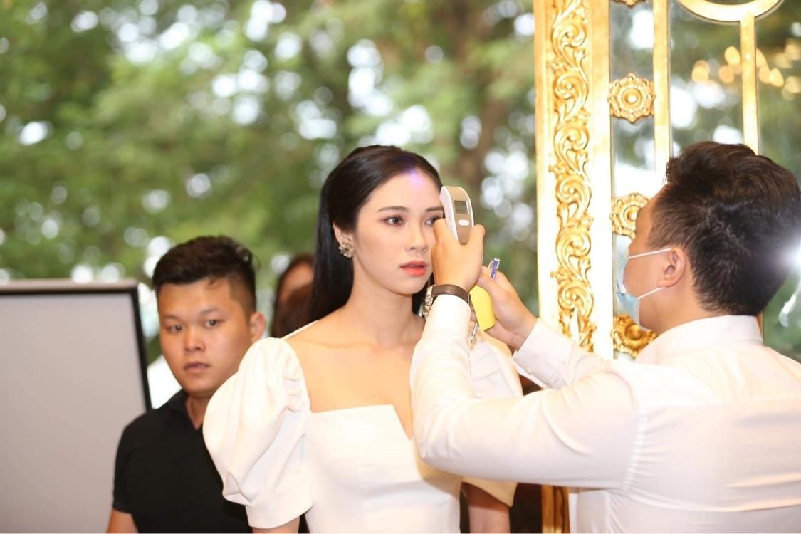 Thí sinh được đo thân nhiệt, sát khuẩn trước sơ khảo phía Bắc Hoa hậu Việt Nam ảnh 3