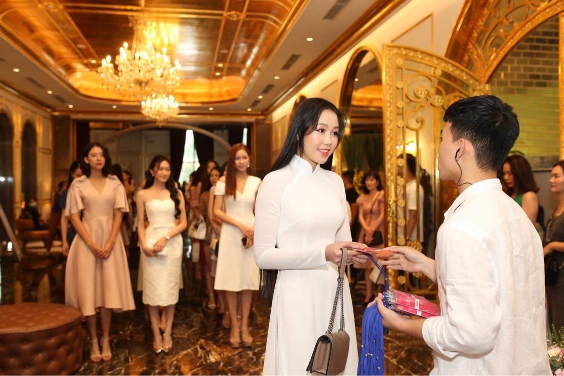 Thí sinh được đo thân nhiệt, sát khuẩn trước sơ khảo phía Bắc Hoa hậu Việt Nam ảnh 4