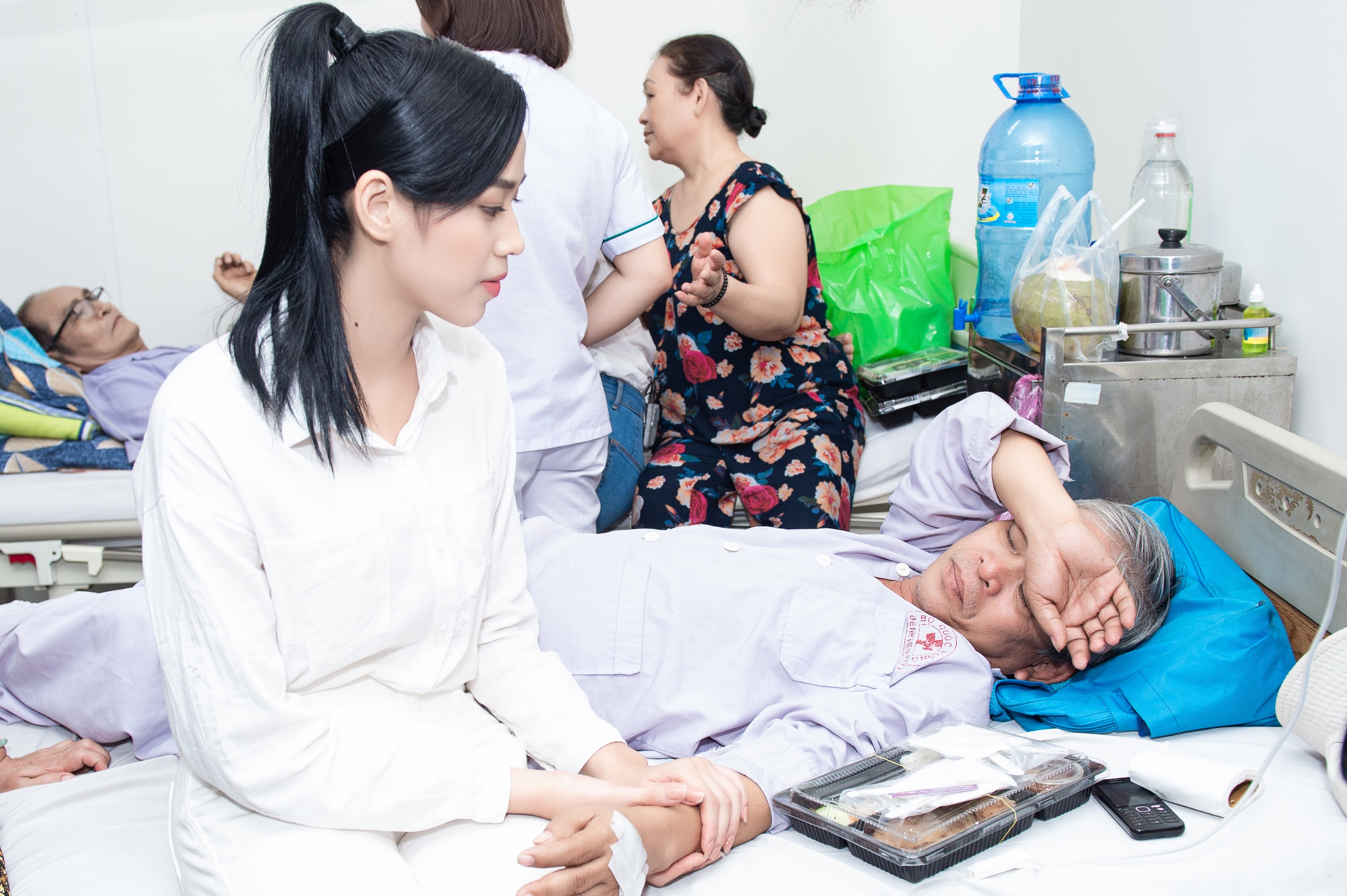 Hoa hậu Đỗ Thị Hà giản dị trong chuyến đi từ thiện đầu tiên sau đăng quang ảnh 3
