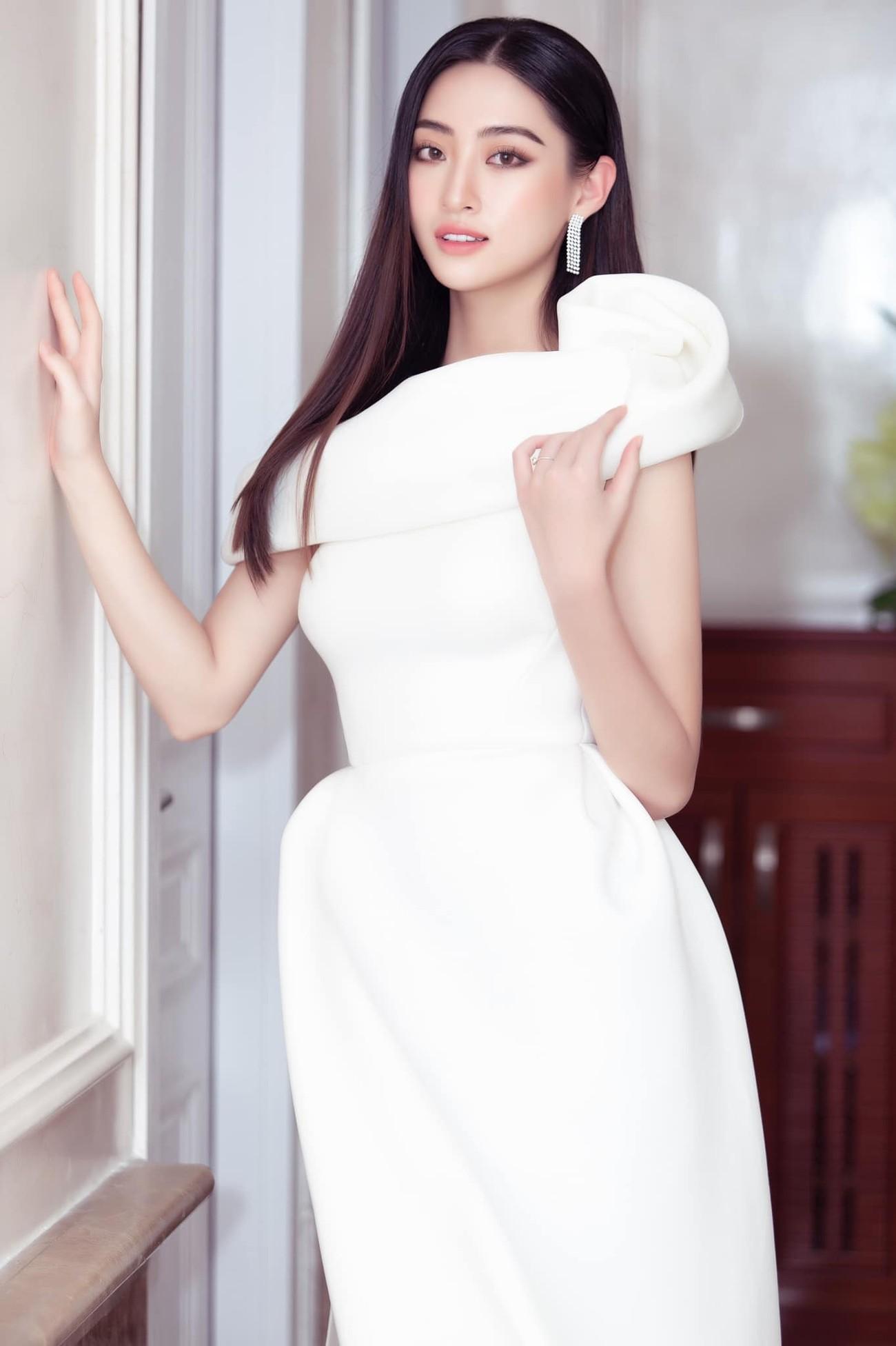 Tiểu Vy, Đỗ Mỹ Linh diện váy cắt xẻ nóng bỏng đọ đường cong đẹp mắt ảnh 8