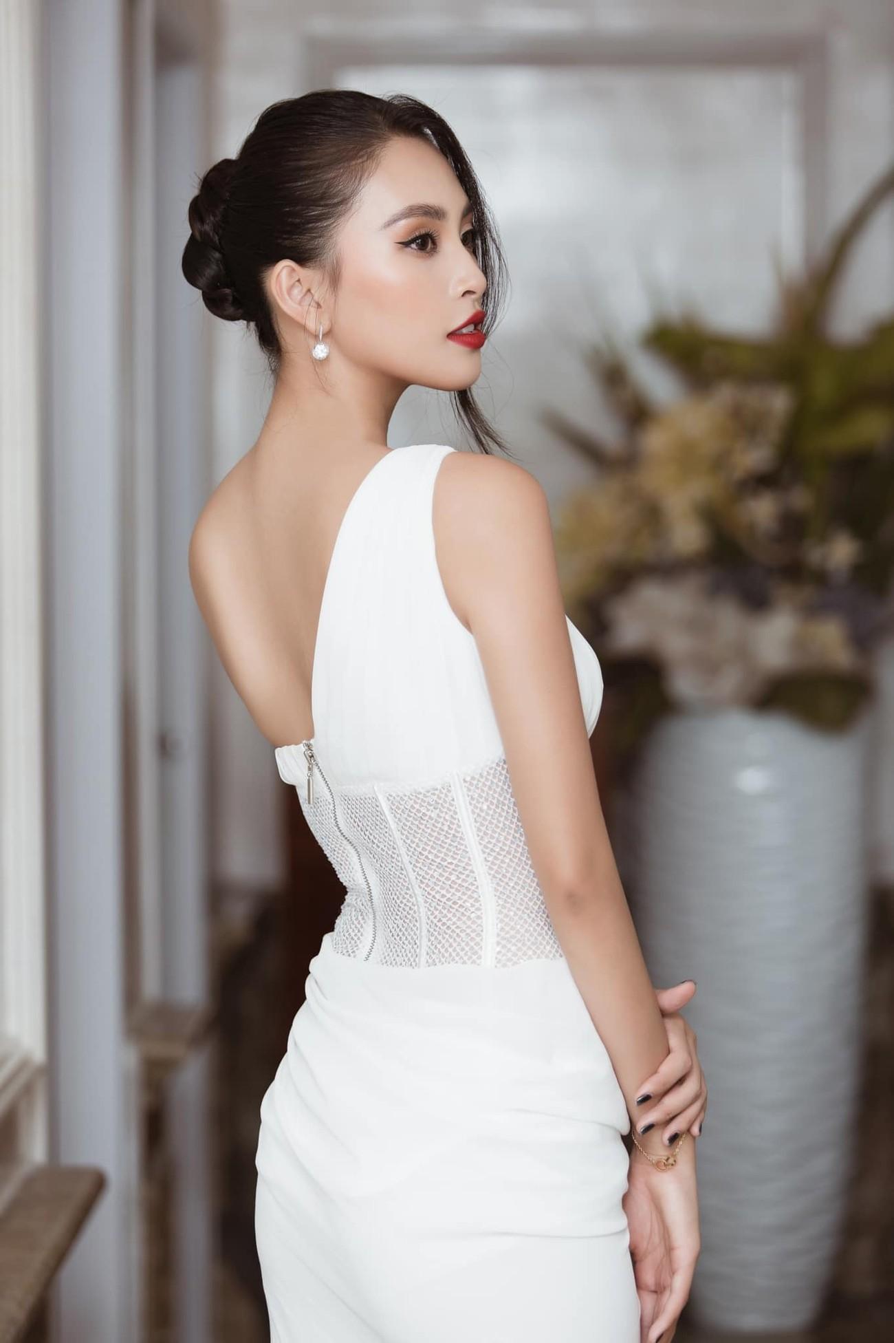 Tiểu Vy, Đỗ Mỹ Linh diện váy cắt xẻ nóng bỏng đọ đường cong đẹp mắt ảnh 2